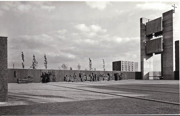 Der Feierhof mit dem Kreuzweg und dem Glockenturm kurz nach der Fertzigstellung