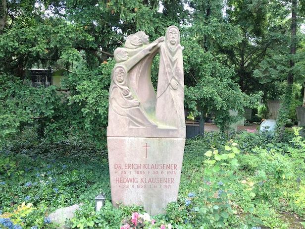 Das Grabmal von Dr. Erich Klausner und seiner Frau Hedwig auf dem St. Matthias-Friedhof in der Röblingstraße, Berlin-Tempelhof