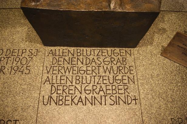 Inschrift vor der Pietà zur Erinnerung an alle Blutzeugen