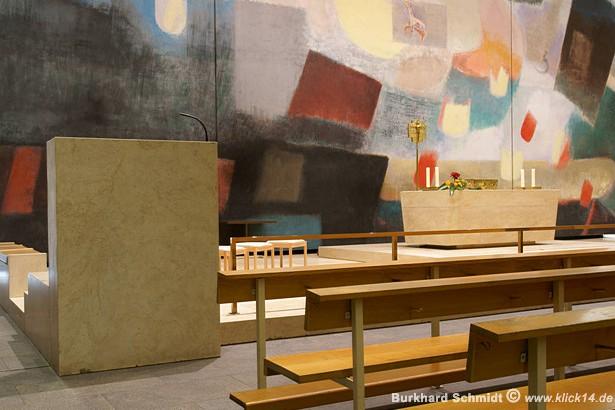 Blick in den Altarraum von der Amboseite