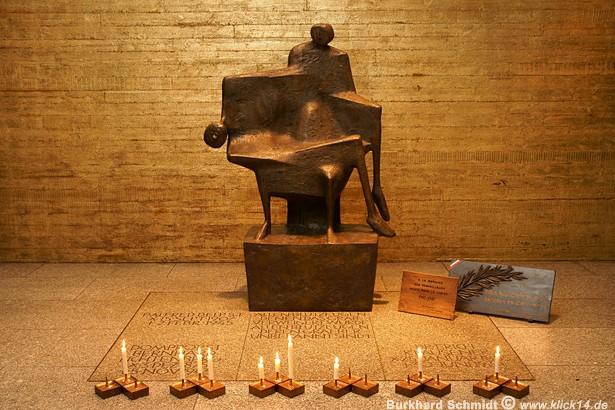 Die Pietá von Fritz Koenig in der Krypta der Gedenkkirche