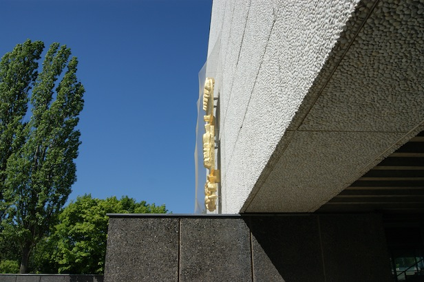 Die Plastik an der Fassade der Oberkirchen im Profil